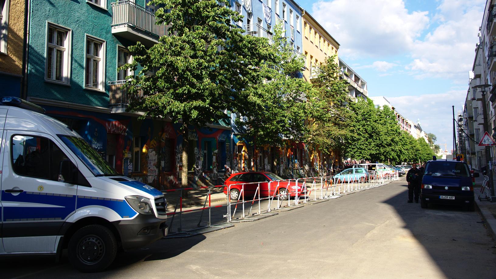 Das Sperrgebiet vor der Rigaer Straße 94 bis 96 am 26. Juni 2016