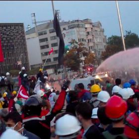 Wasserwerfer am Taksim mit rotem Wasser