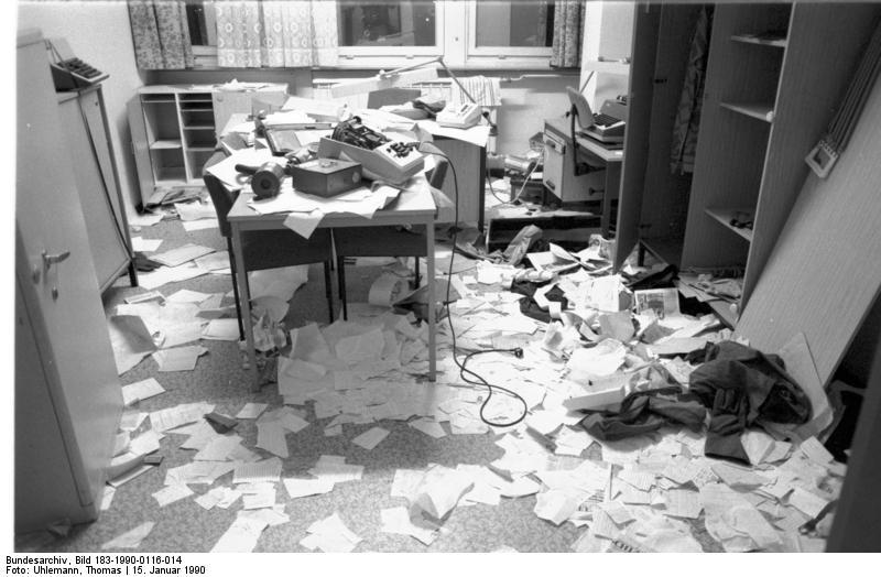 Berlin,  Stasi-Zentrale gestürmt