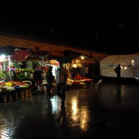 Blumenhändler und Wasserwerfer im Regen