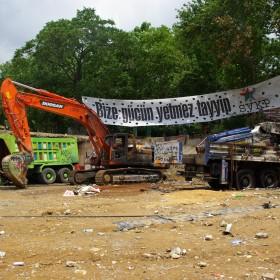 Ausgebrannte Baustellenfahrzeuge am Gezi-Park
