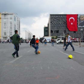 Bauhelme und Gasmasken werden zum Fußball-Tor