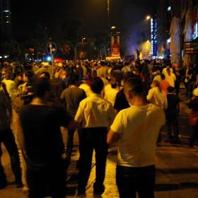 Flüchtende aus dem Geiz-Park formen eine Spontan-Demo