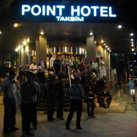 Menschen suchen in Hotel-Lobbies Zuflucht