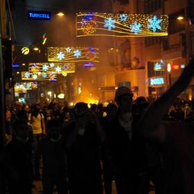 Brennende Barrikaden auf der Istiklal