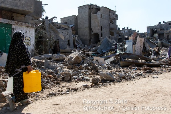 Eine Frau trägt Wasser in Beit Hanoun.