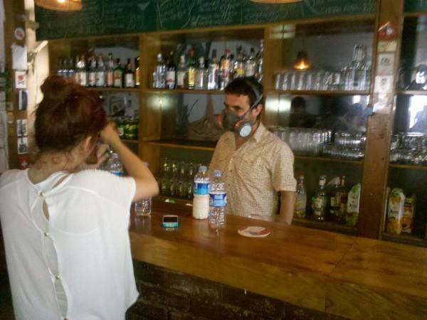 bartender mit gasmaske