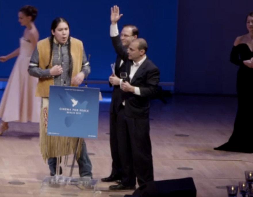 Vorne die Yes Men, im Hintergrund verlässt Natalie Portman die Bühne