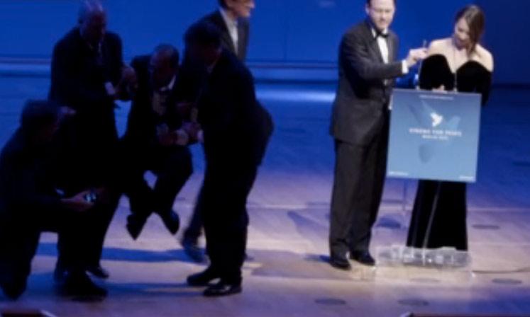 Mike Bonnano wird von der Security von der Bühne getragen.